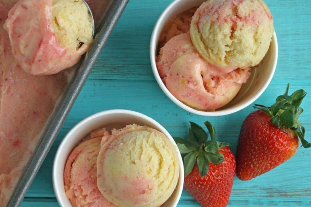 Домашнее мороженое из банана и клубники