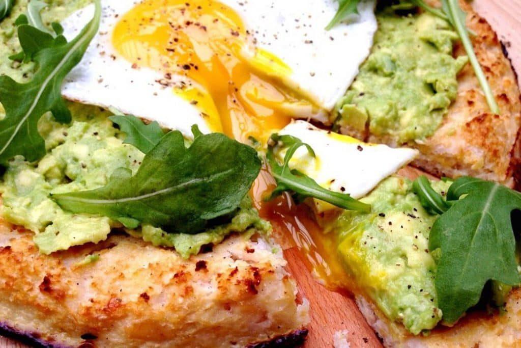 Cauliflower, avocado and egg pizza